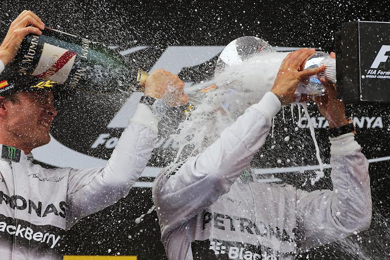 Нико Росберг обливает шампанским Льюиса Хэмилтона на подиуме Гран-при Испании 2014