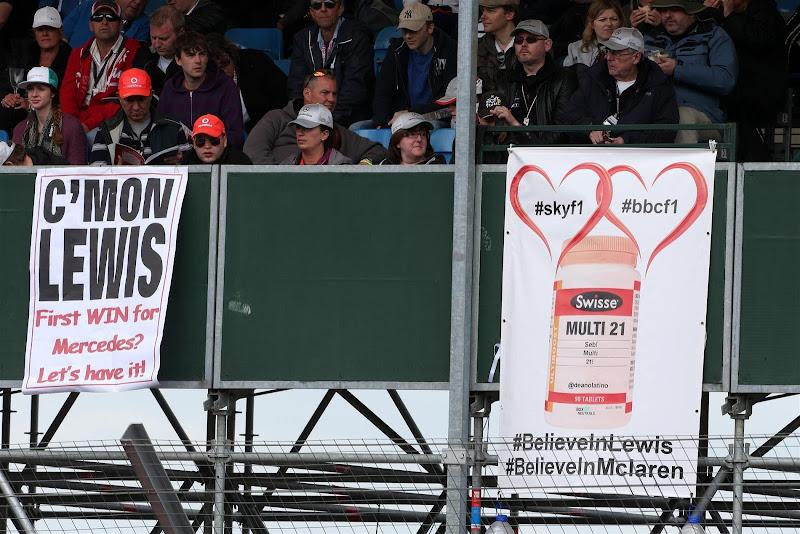баннеры болельщиков Льюиса Хэмилтона на трибунах Сильверстоуна на Гран-при Великобритании 2013