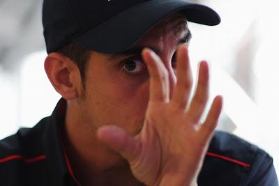 Себастьян Буэми дает интервью и активно жестикулирует на Гран-при Венгрии 2011