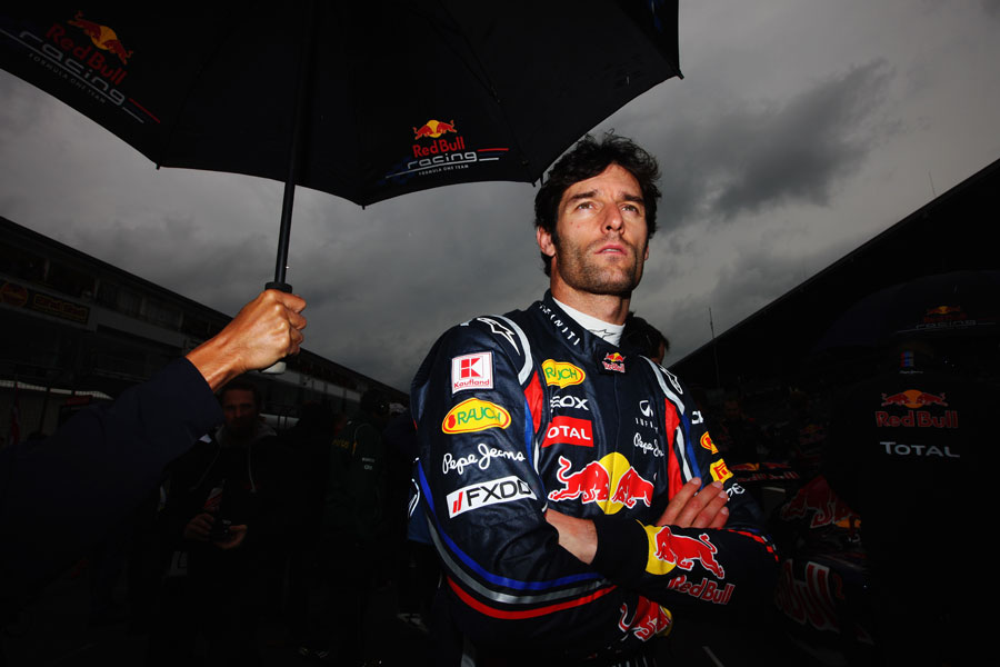 Марк Уэббер под зонтиком перед стартом гонки Гран-при Германии 2011 на трассе Нюрбургринг