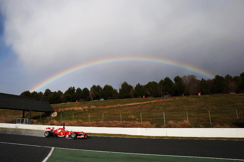 Фелипе Масса за рулем Ferrari и радуга на трассе Каталунья на предсезонных тестах 28 февраля 2013