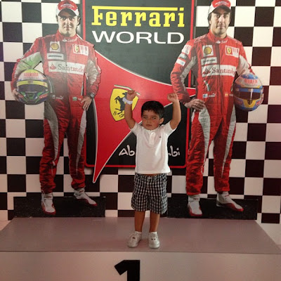 Фелипиньо Масса на верхней ступеньке подиума в Ferrari World 27 апреля 2013