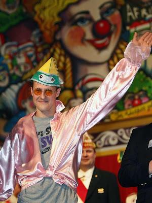 Михаэль Шумахер в колпаке и розовой блузке на карнавальной вечеринке в Кельне