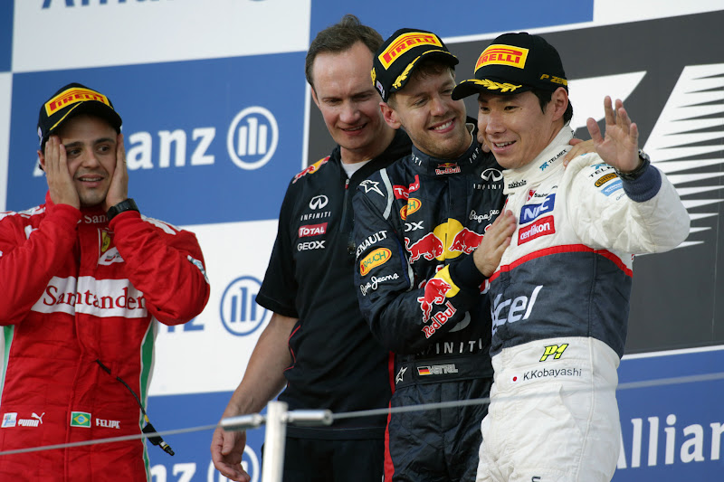 Фелипе Масса и обнимающиеся Себастьян Феттель и Камуи Кобаяши на подиуме Сузуки на Гран-при Японии 2012