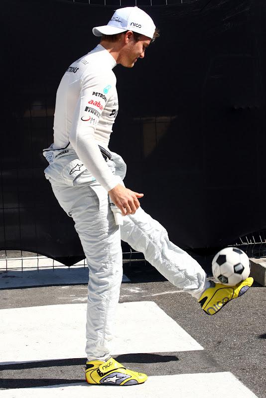 Нико Росберг набивает мяч на Гран-при Бразилии 2011