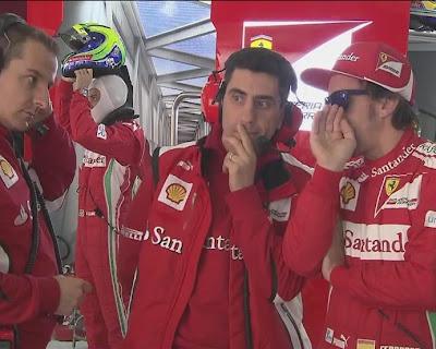 Фернандо Алонсо шепчет что-то Андреа Стелле в боксах Ferrari на Гран-при Китая 2012