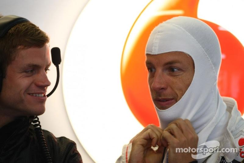 Дженсон Баттон и механик McLaren на Гран-при Германии 2011