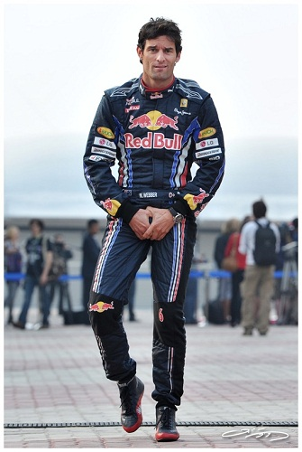 Марк Уэббер с руками в области таза на Гран-при Бельгии 2011