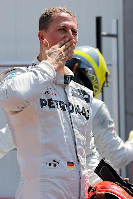 поцелуй Михаэля Шумахера болельщикам после квалификации на Гран-при Монако 2012