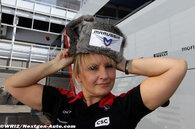 сотрудница команды Marussia в шапке-ушанке на Гран-при Испании 2012