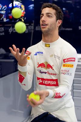 Даниэль Риккардо жонглирует теннисными шарами на Гран-при Сингапура 2012
