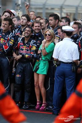 Джерри Холливел с механиками Red Bull радуются победе Себастьяна Феттеля на Гран-при Монако 2011