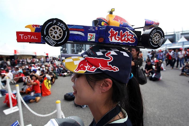 болельщица Марка Уэббера с болидом Red Bull на кепке на Гран-при Японии 2012