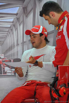 Фелипе Масса изучает информацию на бумажке с механиком на Гран-при Италии 2011