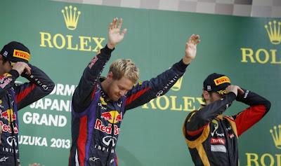 Себастьян Феттель кланяется перед публикой с подиума на Гран-при Японии 2013