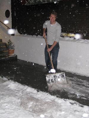 улыбающийся Себастьян Феттель убирает снег перед отелем Rote Wand 30 декабря 2011