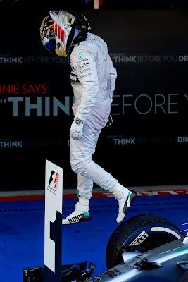 Льюис Хэмилтон спрыгивает со своего Mercedes после победы в Сочи на Гран-при России 2014