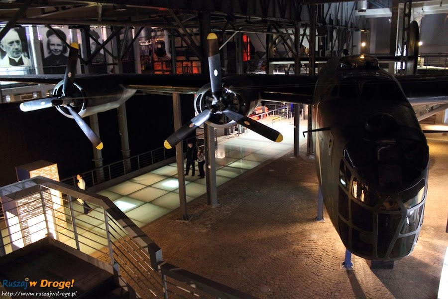 muzeum powstania warszawskiego - replika samolotu Liberator