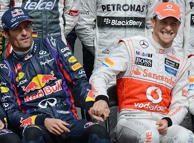 Дженсон Баттон тащит руку Марка Уэббера на фотосессии пилотов на Гран-при Австралии 2013
