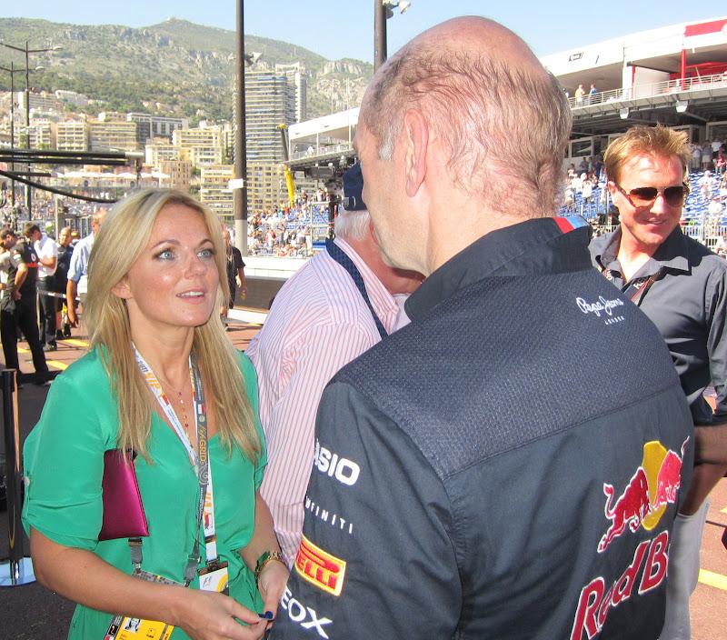 Джерри Холливел и Эдриан Ньюи на пит-лейне перед гонкой на Гран-при Монако 2011