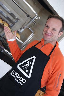 Рубенс Баррикелло готовит барбекю с семьей