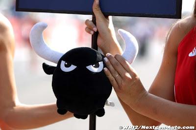 грид-герл держит плюшевого бычка на Гран-при Италии 2011