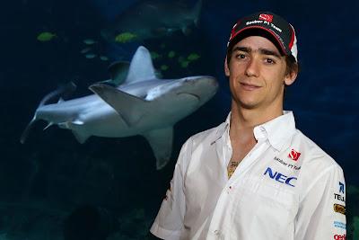 Эстебан Гутьеррес в океанариуме на фоне акулы перед Гран-при Австралии 2013