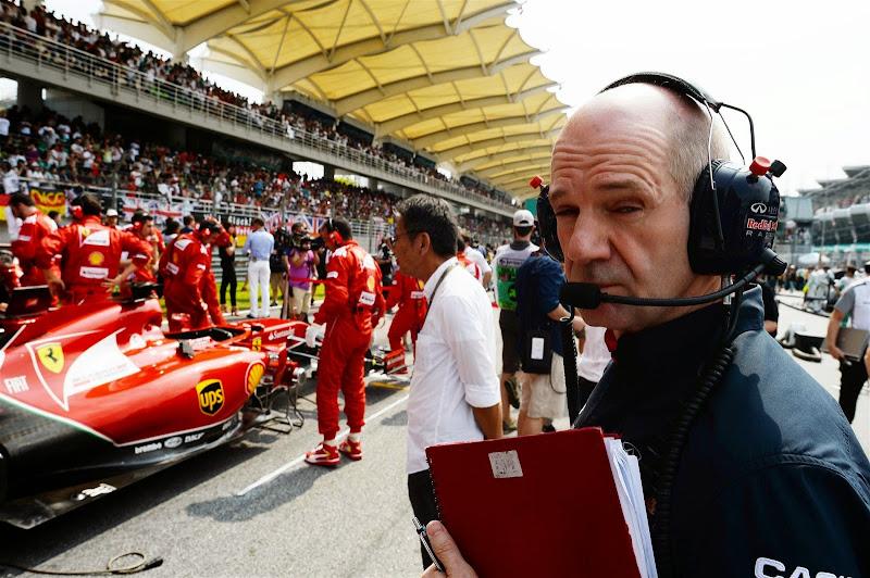Эдриан Ньюи на стартовой решетке наблюдает за Ferrari на Гран-при Малайзии 2014