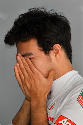 Серхио Перес потирает лицо на Гран-при Индии 2013