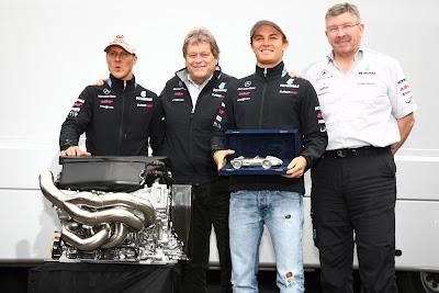 Михаэль Шумахер, Норберт Хауг, Нико Росберг и Росс Браун с машинкой и мотором Mercedes на Гран-при Венгрии 2011