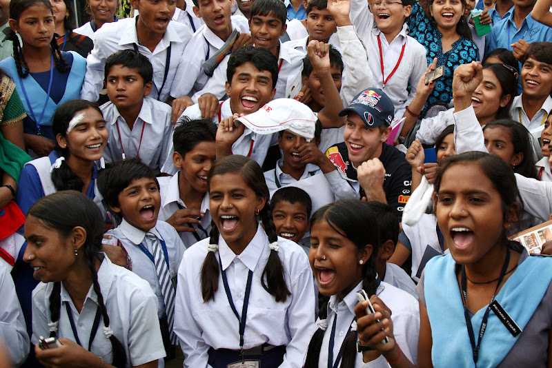 Себастьян Феттель в окружении индийских детей на Гран-при Индии 2011
