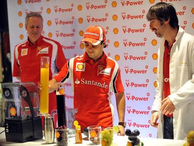 Фелипе Масса делает коктейли Shell на Гран-при Бразилии 2011