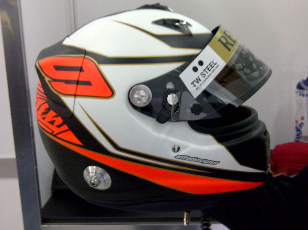 новый шлем Кими Райкконена на тестах в Валенсии 23 января 2012 - вид сбоку