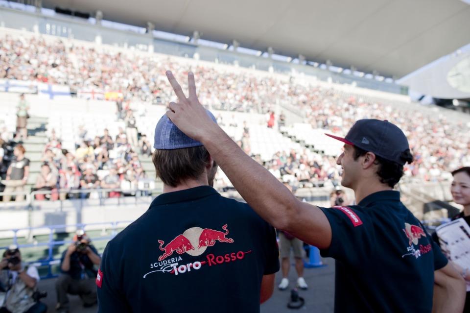 Даниэль Риккардо ставить рожки Жану-Эрику Верню на Гран-при Японии 2012