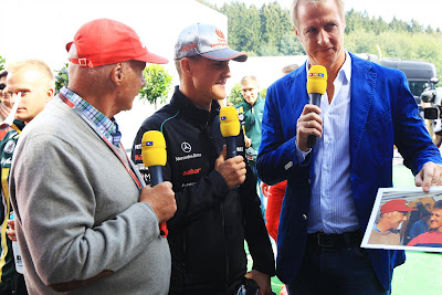 Ники Лауда и Михаэль Шумахер с фотографией 20-летней давности на Гран-при Бельгии 2012