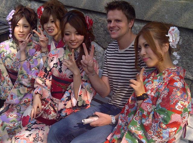 Джейк Хамфри в Киото с японскими девушками в кимоно