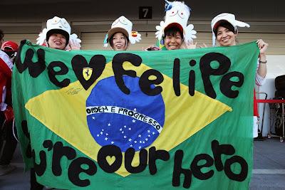 болельщики Фелипе Массы с бразильским флагом на Гран-при Японии 2013
