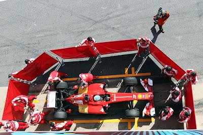 механики прячут болид Ferrari от фотокамер на предсезонных тестах в Барселоне 3 марта 2013