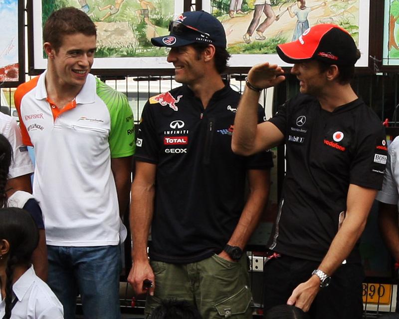 Пол ди Реста и Марк Уэббер смеются на Дженсоном Баттоном на Гран-при Индии 2011