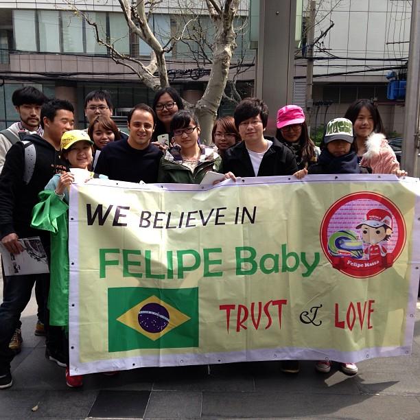 Фелипе Масса с болельщиками и баннером на Гран-при Китая 2013