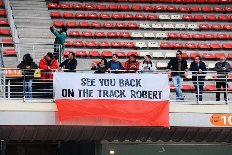 болельщики Роберта Кубицы на предсезонных тестах на трассе Каталунья 19 февраля 2013