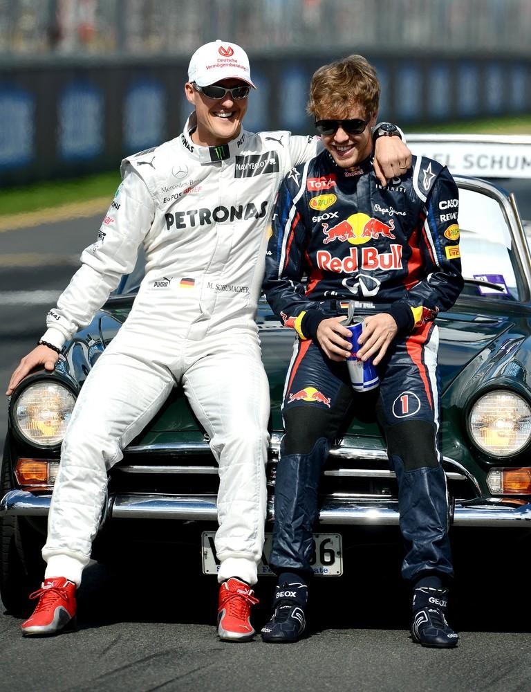 веселящиеся Михаэль Шумахер и Себастьян Феттель на фотосессии чемпионов на Гран-при Австралии 2012