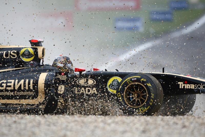 Lotus Renault Ника Хайдфельда в гравии на Гран-при Германии 2011