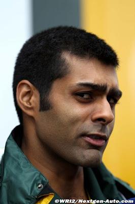 Карун Чандхок дает интервью и косит глазами на Гран-при Германии 2011