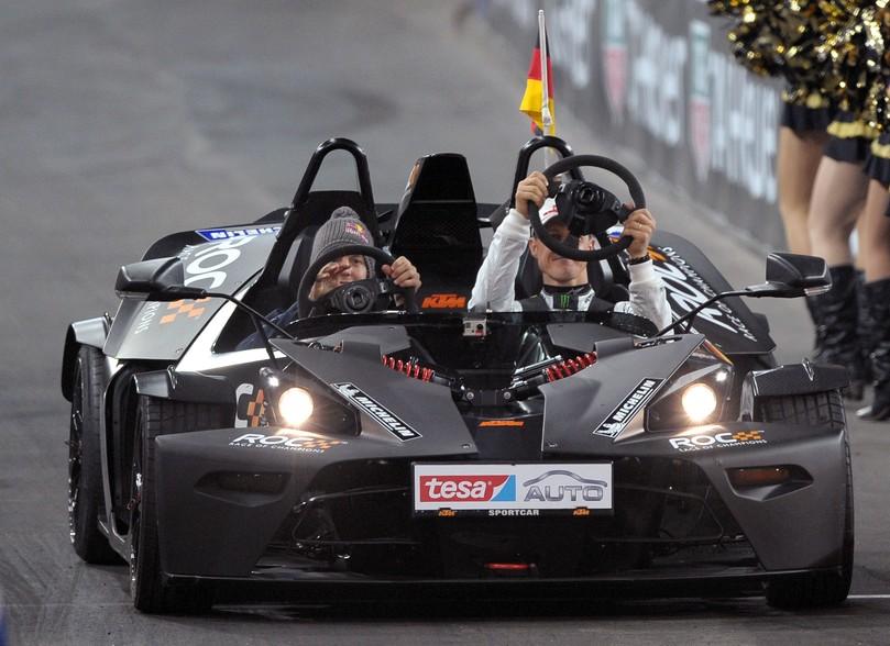 Себастьян Феттель и Михаэль Шумахер снимают рули болидов KTM на Гонке чемпионов 2011