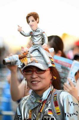супер-болельщица Mercedes в серебряном костюме на Гран-при Японии 2013