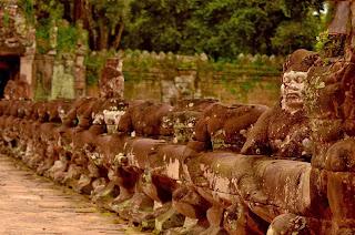 Olbrzymy podtrzymujące węża-nagę, popularna dekoracja mostów i grobli w Angkorze