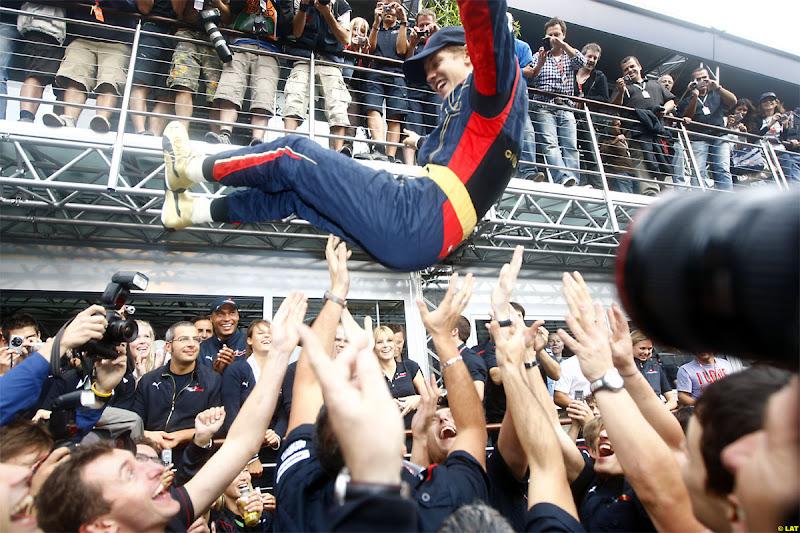 Себастьян Феттель прыгает на руки своим механикам после победы в Монце на Гран-при Италии 2008