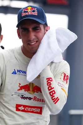 Себастьян Буэми вытирается белым полотенцем на Гран-при Италии 2011