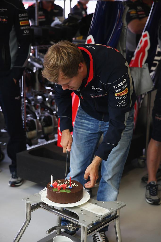 Себастьян Феттель и его торт на день рожденья на Гран-при Германии 2013